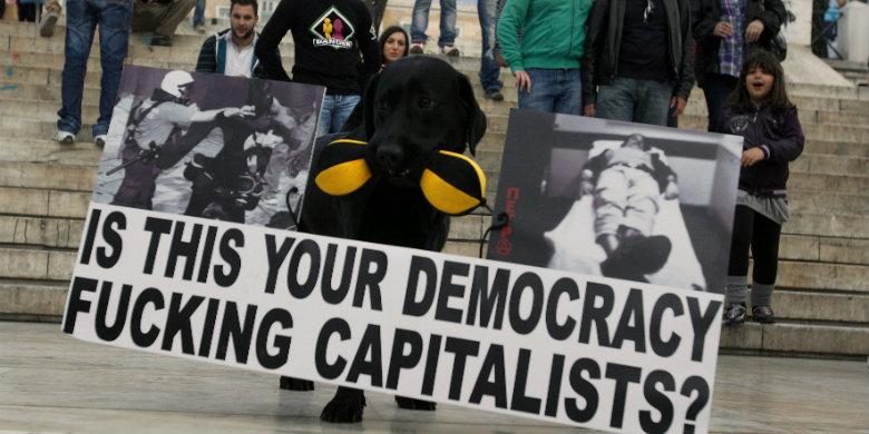 Protest på Syntagmatorget i Aten. Bild: Simela Pantzartzi