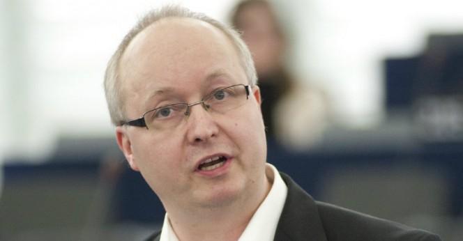 Mikael Gustafsson (V): 2-pack del i politik där makt flyttas från folket - mikaelgustafsson_D-664x346