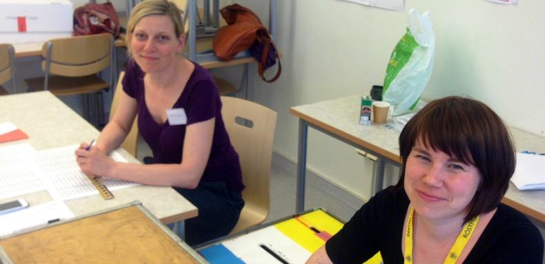 Anna Lidström och Kristina Ljungros arbetar som valmottagare på Södermalm på valdagen.