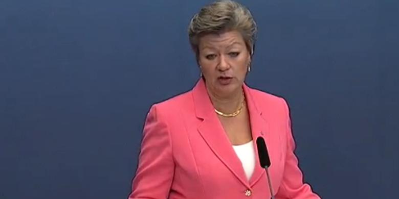 Arbetsmarknadsminister Ylva Johansson kan tänka sig en lagändring för stödbidragen.