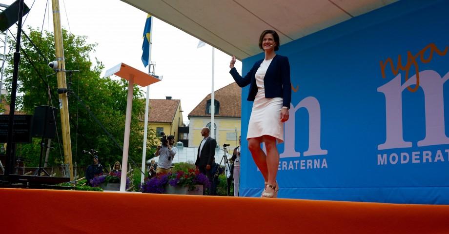 Anna Kinberg Batra hälsar på publiken. Bild: Jenny Lindahl.