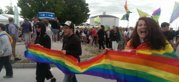 Felix Lekare (i mitten) med två andra RFSL Ungdom-medlemmar under Mångfaldsparaden.