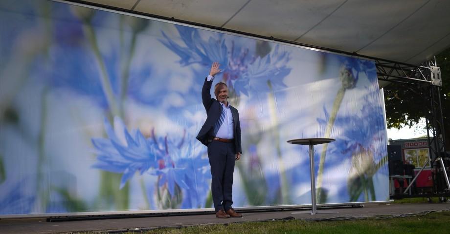 Jan Björklund (L) hälsar på publiken i Almedalen. Bild: Jenny Lindahl