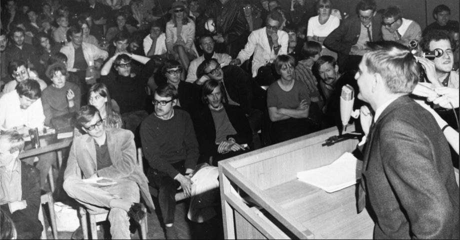 Olof Palme möter studenter under hårhusockupationen 1968. Bild: Wikipedia commons