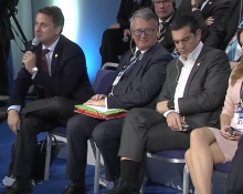 Xavier Bettel, Luxemburgs premiärminister talar. Alexis Tsipras, Greklands premiärminister är tredje person från vänster.