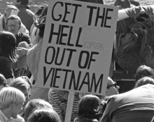 1967 försökte en stor folksamling att få Pentagon att levitera genom att sjunga uråldriga arameiska exorcist-ramsor. Foto: Frank Wolfe/Lyndon B. Johnson Library