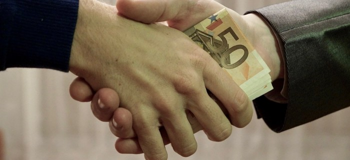 1280px-10_-_hands_shaking_with_euro_bank_notes_inside_handshake_-_royalty_free,_without_copyright,_public_domain_photo