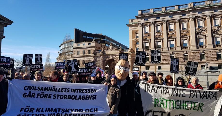 Protest mot Ceta utanför riksdagen inför beslut om avtalet 21 mars. Bild: Skiftet