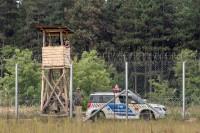 Ungerska poliser vid ett vakttorn längs den serbiska gränsen. (Getty Images, Balkanscat 2016)