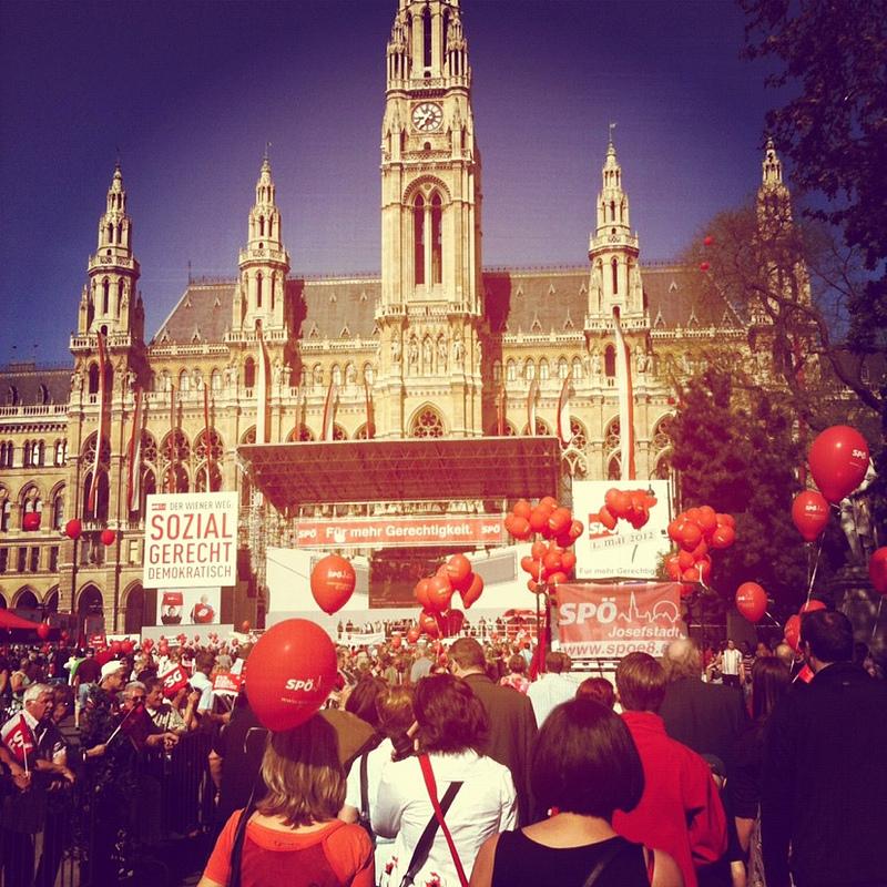 Tusentals 1maj-firare framför stadshuset i Wien. Bild: Elizabeth.