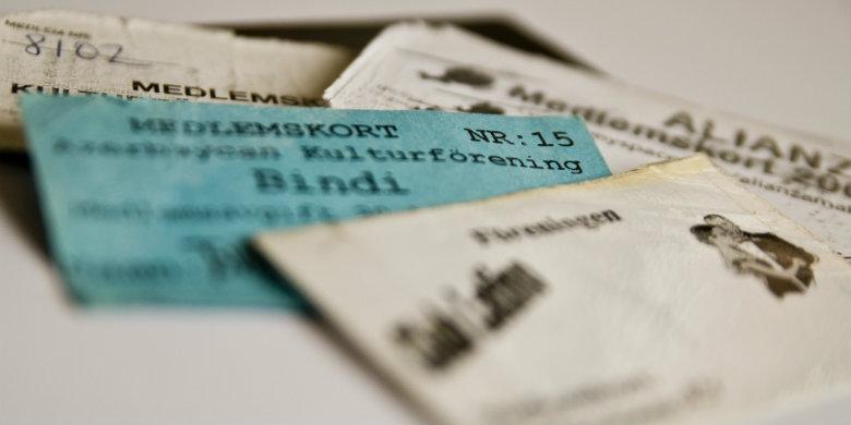 Slitna medlemskort från några av de klubbar där Malmöborna släckte törsten och dansade under seklets början. Bild: Anders Paulsson