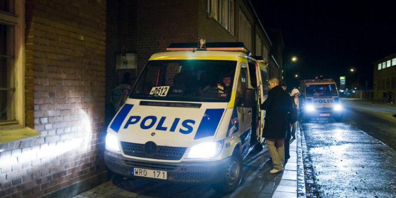 Polisen letar genom aktivitetshuset Utkanten under en razzia 2009. Bild: Anders Paulsson