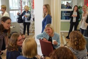 Magdalena Andersson i diskussion med barsköterskor i RInkeby