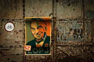 Orbán-kritisk affisch.