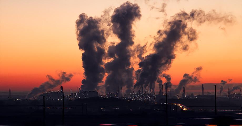 En fabrik som spyr ut rök ur flera skorstenar