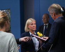 Finansminister Magdalena Andersson svarar på frågor från journalister som står runt henne och räcker fram sina mikrofoner. På presskonferensen om höstbudgeten.