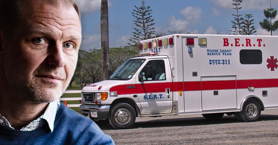 """Porträttbild på Dagens Arenas chefredaktör Jonas Nordling och en bild på en ambulans med texten """"Spanish lookout rescue team"""" på sidorna"""