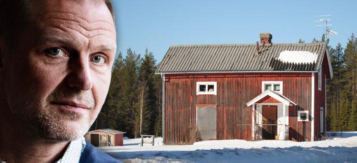 Porträttbild på Jonas Nordling infälld i en bild av ett tomt hus, med sliten faluröd färg i ett vinterlandskap