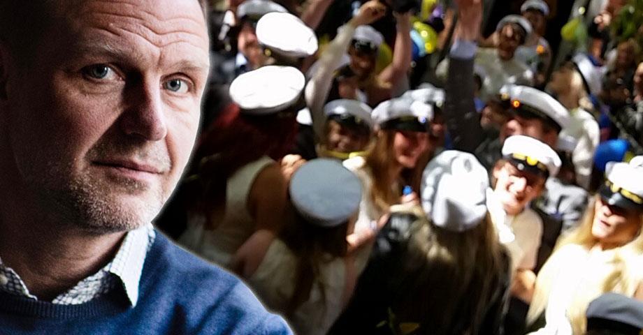 En porträttbild på Jonas Nordling infälld i en bild med ungdomar med studentmössor, en bild med rörelseoskärpa och man ser glada leenden hos studenterna