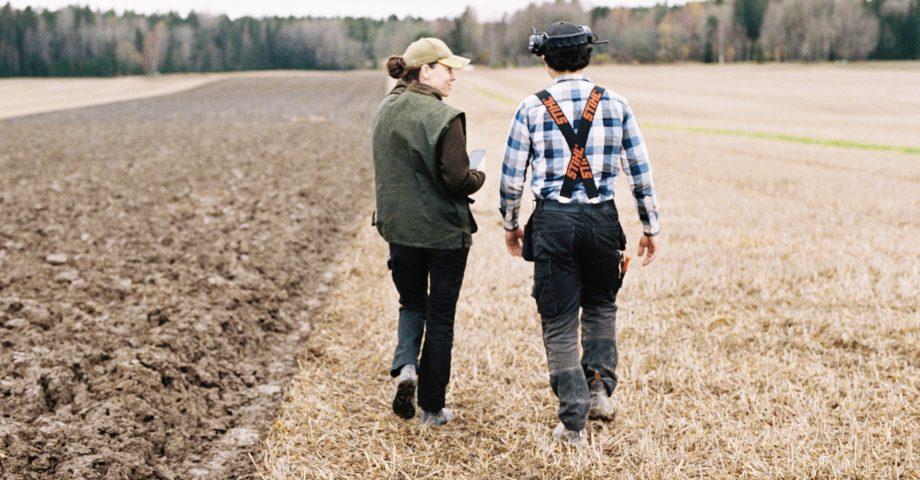Två kollegor under arbetsdag inom svensk jordbruksindustri.