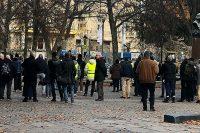 Nazistmanifestationen på Raoul Wallenbergs torg i Stockholm. De som deltar i manifestationen står med ryggarna mot kameran, man ser ett plakat skymta däremellan och i ena hörnet syns Raoul Wallenberg-monumentet