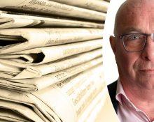 Porträttbild på Ola Sigvardsson infälld i en bild på en trave dagstidningar