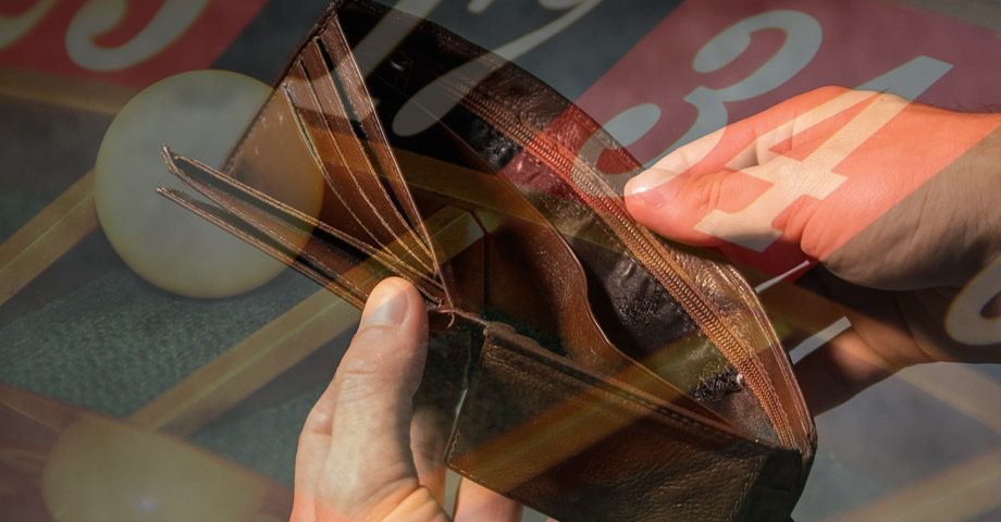 Ett bildmontage där man ser händerna på en person som öppnar sin tomma plånbok. I bakgrunden skymtar ett roulettebord
