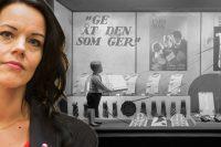 Porträttbild på Veronica Palm infälld i en svartvit bild på ett skyltfönster med reklam för Fars dag