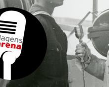 Dagens Arenas logotyp för poddar som visar en mikrofon i en svart cirkel, infälld i en svartvit bild på en kvinna som intervjuar en man