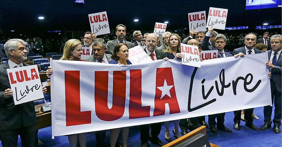 """Anhängare till Lula da Silva med en banderoll med texten """"Lula Libre"""" / Frige Lula"""